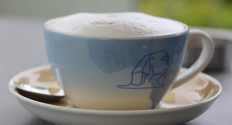 Cafe au Lait französischer Milchkaffee mit Dampf Milch